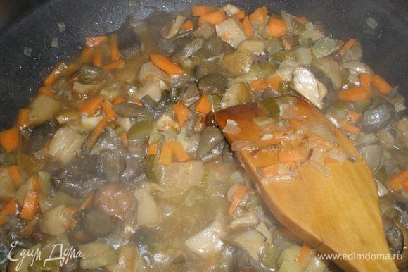 Пока крупа и грибы варятся, делаем зажарку: на растительном масле обжариваем слегка лук, добавляем морковь. Жарим пока морковь не станет мягкой. Затем добавляем грибы (у меня были заранее отварные лесные грибы)все вместе тушим минут 10. Добавляем рассол и грибы. Солим по вкусу, перчим, добавляем 2 лавровых листа и выдавливаем чеснок.