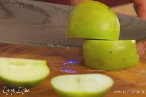 Яблоки, удалив сердцевину, нарезать на небольшие куски.
