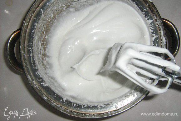 Белки взбить с одной третью сахара в крепкую пену.