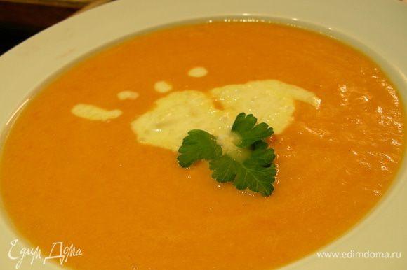 Разливаем суп по тарелкам, добавляем пару ложек имбирного крема и подаем. Приятного аппетита))