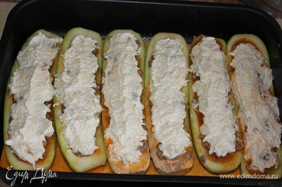 Оставшийся соус, получившийся в сковороде при тушении мяса с кабачками, развела сливками и добавила в противень к кабачкам.Намазала кабачки сырной смесью.