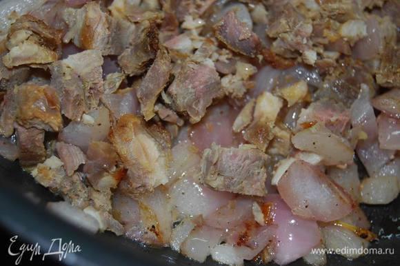 Обжарим до золотистости мелко нарезанный лук и добавим к нему мясо,ветчину...