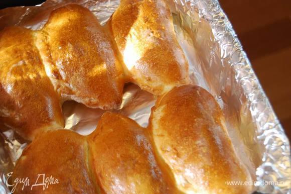 Оставим расстаиваться минут на 15-20,смажем яйцом и выпекаем в разогретой до 190-200градусов духовке 20-25 минут.