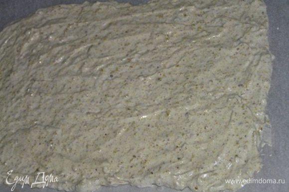 Выложить полученную массу на противень застеленный бумагой для выпечки, разровнять. ***Для удобства нужно обозначить с нижней стороны бумаги для выпечки границы для выкладывания теста в зависимости от количества пирожных и их диаметра.