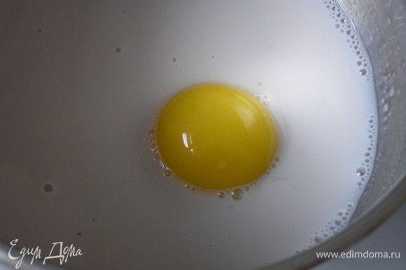 Затем добавить желток, всыпать сахар и ванилин.