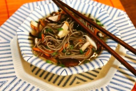 Разлить суп по тарелкам и посыпать зеленым луком.