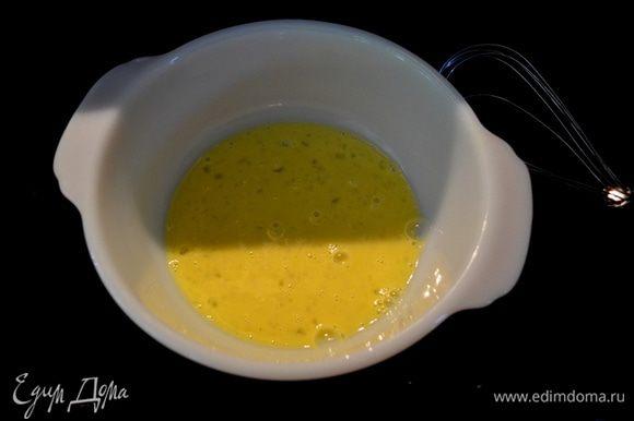 Яйцо с молоком слегка взбить. В другом блюде смешать пармезан, хлеб.крошку,паприку,соль и перец.Окунать окорочка вначале в яичную смесь, затем в хлебную с пармезаном.