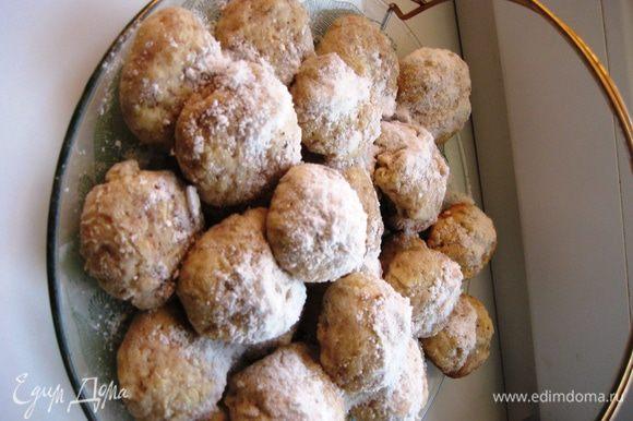 Ореховое обваливаем в сахарной пудре.