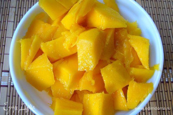 """Манго очистить, срезать мякоть с косточки, порезать кубиками. Манго в данном десерте используется как фрукт, имеющий очень густое и сладкое пюре. Он хорошо """"свяжет"""" водянистый апельсин. Иначе нам в десерт придётся """"вгрызаться"""":))"""