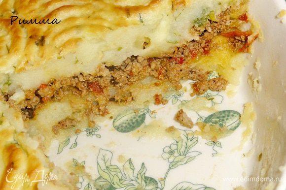Запеканку можно подавать с салатом или солеными овощами.