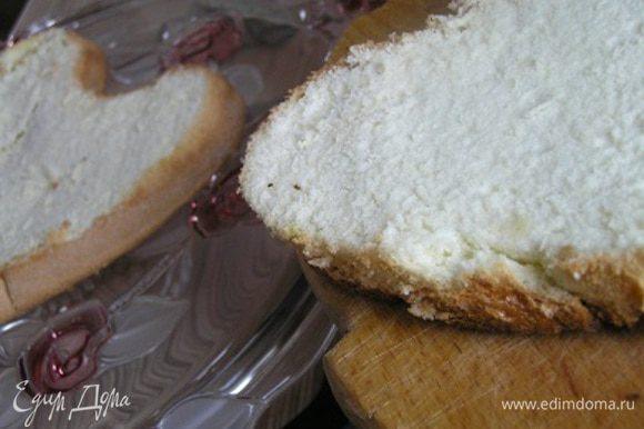 Готовый остывший бисквит разрезать на 2 коржа.