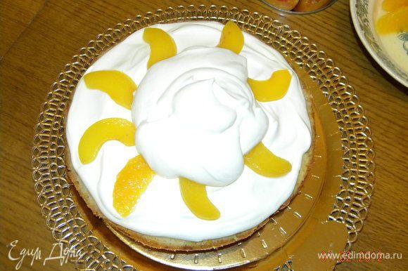 Крем зрительно (или на весах) делим пополам и половину первой половины))) выкладываем на пропитанный бисквит. На крем кладем персики и закрываем второй частью крема.