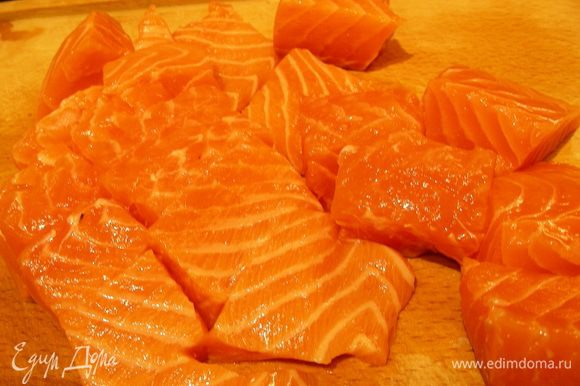 Рыбу режем крупными кусками.