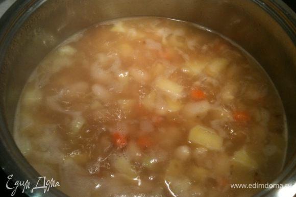 Добавить к овощам и фасоли обжареные лук и чеснок и проварить еще минут 5-10...
