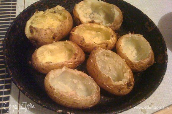 """Хорошо моем картофель, протыкаем в нескольких местах ножом (чтобы соль впиталась), солим и запекаем в духовке с кожурой до полной готовности. Затем в готовом, слегка остывшем, чтобы не обжечься, картофеле вырезаем середину. Делаем """"корзинки""""."""