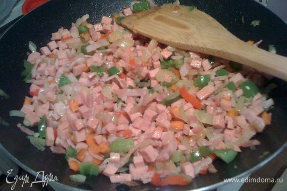 Пока запекается картофель, делаем начинку. Обжариваем на оливковом масле лук, чеснок. Затем добавляем бекон, колбасу (всю). Убавляем огонь, добавляем перец (лучше добавить еще замороженный горошек и консервированную кукурузу), тушим. Солим не много (можно совсем не солить, так как будет соевый соус), поливаем соевым соусом, посыпаем тимьянчиком (по вкусу).после готовночти заливаем всё яйцом (по количеству смотрим сами, как больше нравиться).