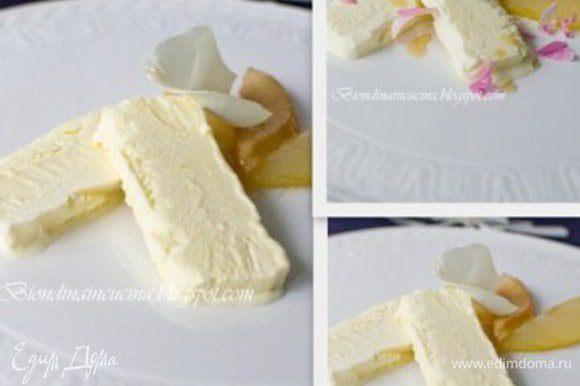 ПАрфе достать из морозилки,снять пленку,порезать и подавать вместе с грушами.