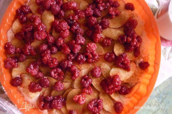 Разложить сверху малину. Полить поверхность запеканки сметаной, перемешанной с сахаром.