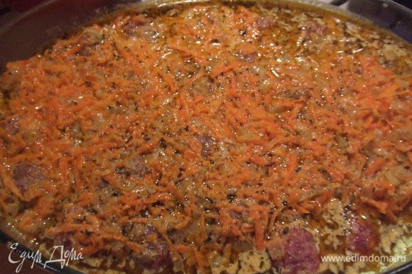 Выложить фрикадельки в форму для выпекания, и заправить овощной подливой.