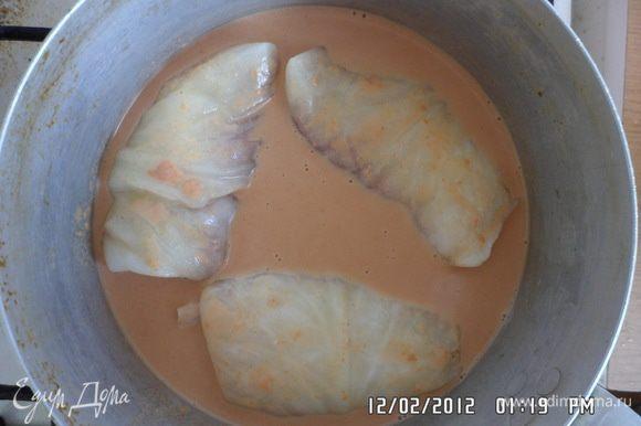 Приготовить соус: Томатную пасту соединить с майонезом и бульоном, и залить этой смесью голубцы так, чтобы жидкость чуть покрывала их. Немного посолить и поперчить и тушить голубцы 30-40 мин.