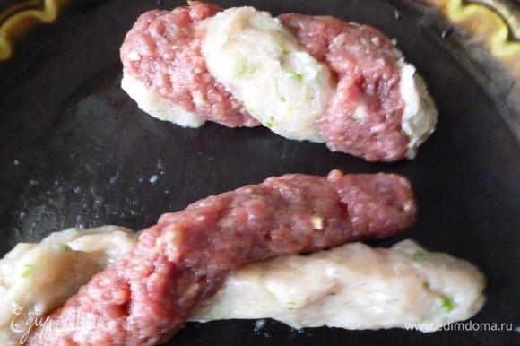 Затем переплетем эти колбаски жгутом и сформуем колбаску.