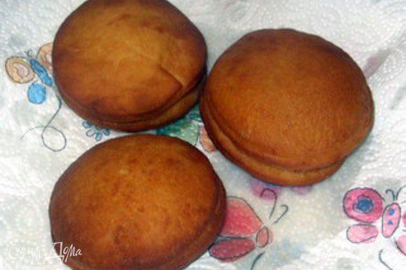 Готовые пончики положить на бумагу, которая впитает излишний жир,