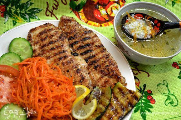 После курицы обжариваю кабачки посыпанные травами,солью и подсолн.маслом. И так...когда всё готово сервируем по тарелочкам и приятного Вам обеда!!!