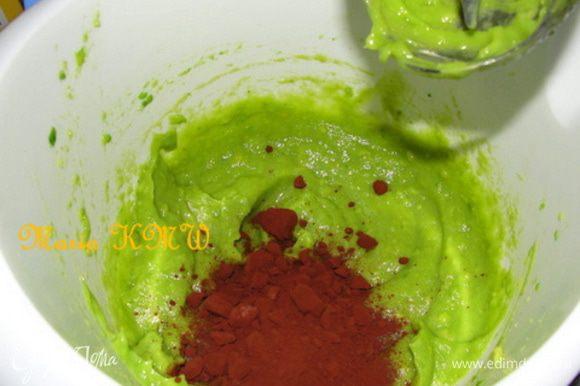 Авокадо должен быть слегка мягким, но не размякшим и водянистым. Разрежем авокадо на две половинки, почистим от кожицы и только тогда уберем косточку. Измельчим в блендере. Добавим сироп и какао, можно несколько капелек лимонного сока.