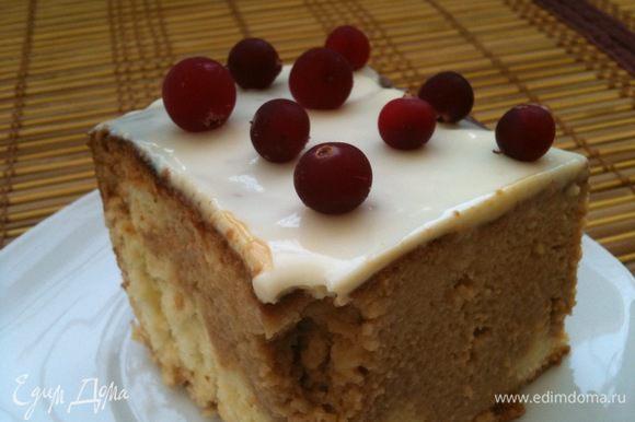 Верх готового, охлажденного бисквита украсить чем угодно (у меня были замороженные ягоды). Приятного аппетита!