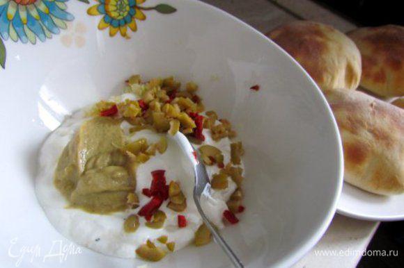 Печенку обжарить на растительном масле, посолить и поперчить. Соус: смешать сметану, горчицу, измельченные огурец и оливки.