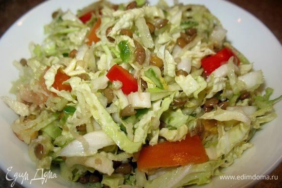 Подала с салатом: соломкой листья салата,перец болг.,яблоко и огурец на крупной тёрке,репа на мелкой тёрке,чечевица,полить подс.маслом.