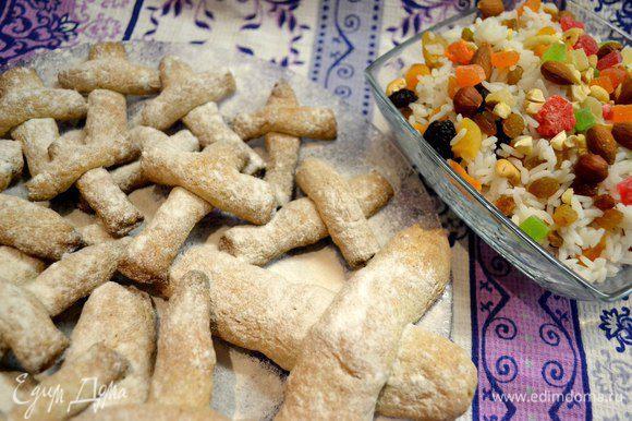 Печенье «Кресты». Замесить тесто из одного стакана пшеничной муки, 2-х яиц, 150 г масла. Добавить 100г сахара, 2 столовые ложки коньяка или рома, соль, ванилин, корицу. Полученное тесто разделить на несколько частей.Скатать каждую часть в виде колбаски, разделить пополам и наложить их друг на друга в виде креста. Уложить на смазанный маслом противень и выпекать в духовке . Посыпать сахарной пудрой.