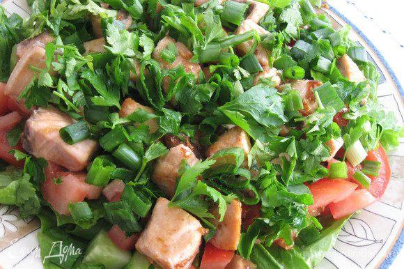 Обильно посыпать зеленым луком и петрушкой. Заправить оливковым маслом и лимонным соком. Вкусно и просто:)