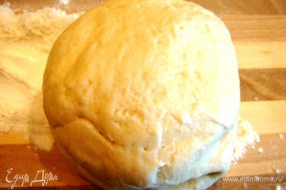 Из всех ингредиентов замесить тесто и оставить расстаиваться на 30 минут.Можно добавить в тесто небольшое количество морковного,свекольного или шпинатного сока.Будет красиво!)))