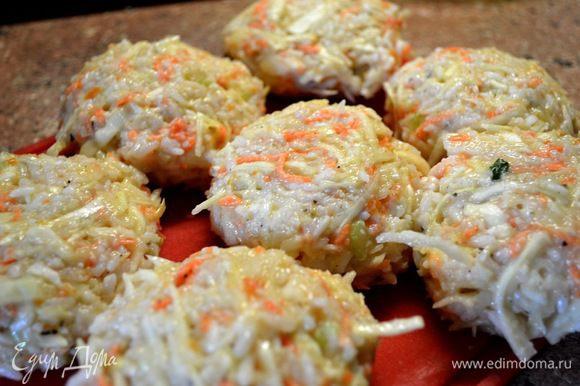 №1отварила рис,добавила капусту соломкой,морковку,сельдерей,специи,лук,яйца. Налепила котлет...