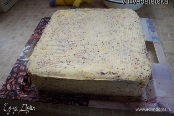 Крем под мастику. Мягкое (очень) масло взбить с небольшим количеством сиропа и сахарной пудрой.Покрыть торт сверху и бока. Поставить в холодильник. Я покрываю за 2 раза. Выровнять (можно горячим ножом).
