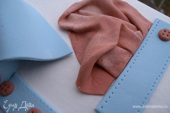 Ткань для платочка смять и обрезать прямой линией ко карману.