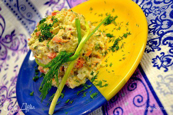 Простой и вкусный салатик. Ингредиенты: Картошка Болгарский перец-красный, оранжевый,жёлтый яйца горошек сайра в масле морковка(по желанию) зелёный лук,укроп,петрушка,чёрн.молотый перец майонез. Нарезаем ингредиенты кубиками,добавляем зелень,майонез,перемешиваем и красиво подать ...используя любую небольшую ёмкость и украсив веточками зелени. К салату можно подать кусочек жареной рыбы и ужин готов.