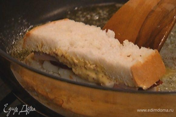 Накрыть вторым пластом хлеба и нарезать на небольшие сэндвичи.