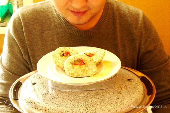 Нарезанный рулет подать с соусом.Приятного аппетита! P.S.:Хоть убейте,не могу понять,как хорошо сфотографироваться в обнимку с пароваркой!)))
