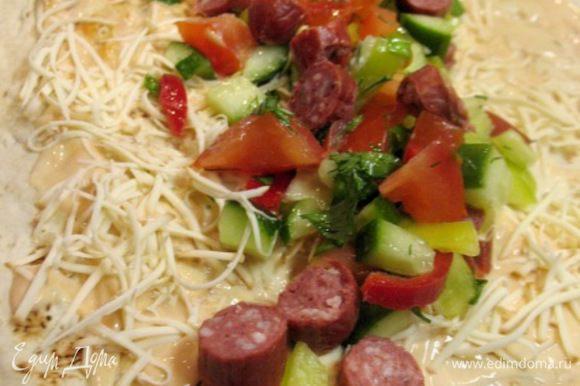 Лист лаваша смазала кетчуп с майонезом,натёрла сыр,выкладываем порезанные помидор,огурец,перец,болг.,охотничьи колбаски и зелень..