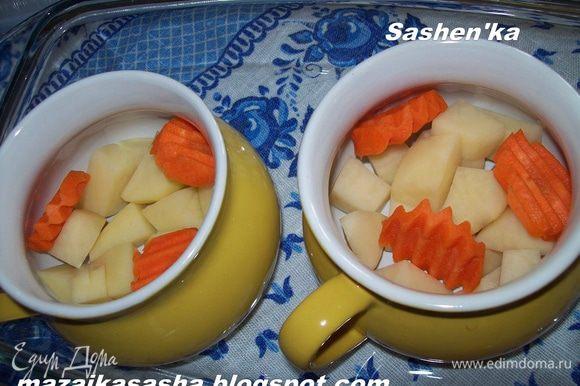 Картошку режем кубиками, морковь режем (или трем на крупной терка как Вы хотите)