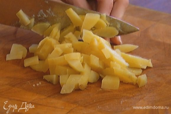 Картофель отварить в мундире, затем почистить и нарезать кубиками.
