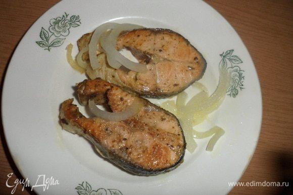 Разогреваем сковороду с маслом и жарим рыбу, добавив репчатый лук. Приятного аппетита!!!