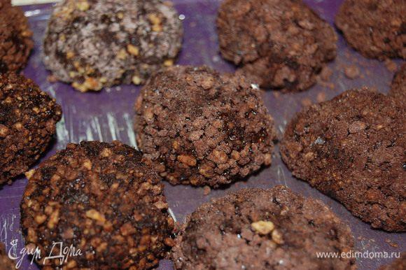 Сформировать шарики. Перемешать какао, сахарную пудру и орехи. Шарики обвалять в ореховой панировке. И отправить ёжики в холодильник.