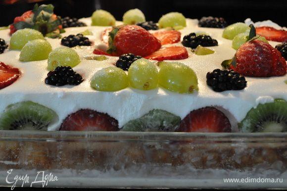 Выложить крем маршмеллоу на торт и убрать в холодильник для застывания минимум на 1 час.Снять бортики. Горячим ножом подровнять края торта. По рецепту идет :разрезать торт на куски, положить каждый в тарелочку, налить оставшейся смеси Три молока в качестве соуса, посыпать фисташками и зернами граната. Я сверху же украсила киви и ягодами,как просили заказчики.