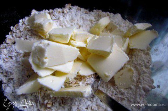 Добавить холодное сливочное масло порубленное ножом и перетереть в крошку.