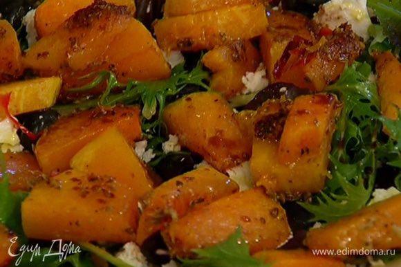 Сбрызнуть оливковым маслом и бальзамическим уксусом.