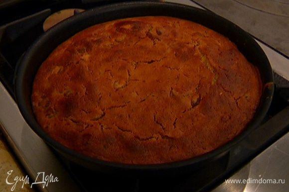 Выложить тесто в небольшую форму и отправить в разогретую духовку на 30–40 минут. Готовый пирог остудить в форме.
