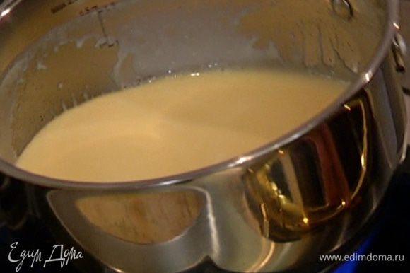 Приготовить соус: в небольшом сотейнике соединить оставшееся сливочное масло и сахар, поставить на огонь; когда сахар полностью растворится, влить сливки и варить 2–3 минуты, пока масса не загустеет.
